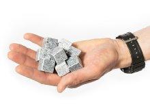 Kőnek látszó újrahasznosítható jég whiskybe