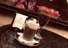 Forró csokoládé és vajas croissant