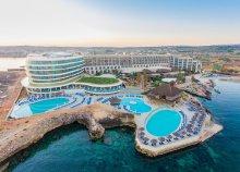 8 nap 2 főre Máltán, Melliehában, a Ramla Bay Resortban****, félpanzióval, repülőjeggyel és illetékkel