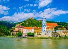 1 napos kirándulás az osztrák Dunakanyarnál buszos utazással, hajókázással, látogatással a melki apátságban