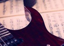 Online elektromos gitár tanfolyam, angol nyelven, az International Open Academy jóvoltából!