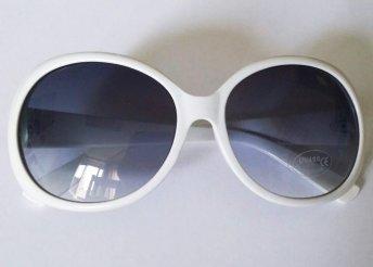 Divatos, fehér keretes, kerek napszemüveg
