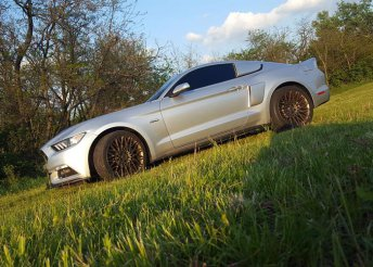 Ford Mustang élményvezetés a KakucsRingen
