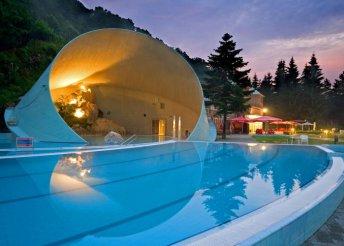 Fürdőzés a híres Barlangfürdőben