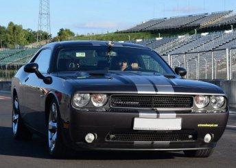 Közúti élményvezetés Dodge Challengerrel