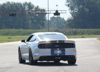 Mustang LE vezetése közúton