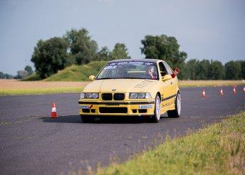 Élményvezetés BMW M Compact vagy Lotus Elise versenyautóval a Hungaroringen, 2, 3, 4 vagy 5 körön át
