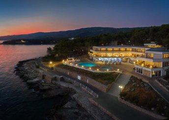 8 nap az Adriai-tengernél, Jelsában, félpanzióval, a Fontana Resort - Hotel Fontana** vendégeként