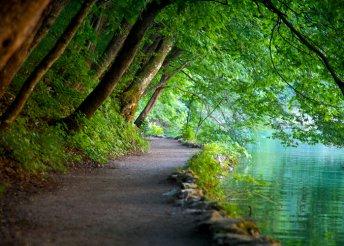 Buszos utazás nyáron a horvátországi Plitvicei-tavakhoz és fürdőzés az Adriai-tengerben Senj városában